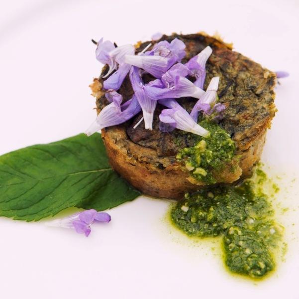Tortino selvatico di germogli di Rovo, ricotta di Cabannina ( pres. Slow food ) salsa al pesto genovese e fiori di salvia