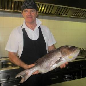 Lo chef Paolo col pesce appena pescato