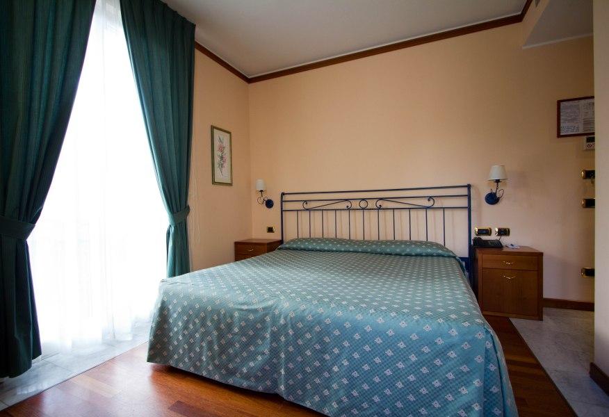 Camere doppie e matrimoniali villa argentina albergo 3 for Camera matrimoniale letto king size